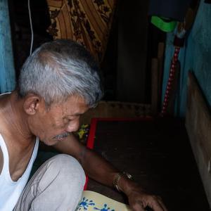 内職をする男 (インドネシア)