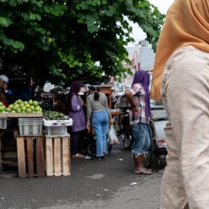 鮮やかなヒジャブをかぶった女性 (インドネシア)