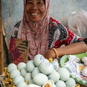 ゆで卵を売っていた女性 (インドネシア)