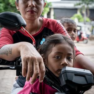 バイクに三人乗りした親子連れ (インドネシア)