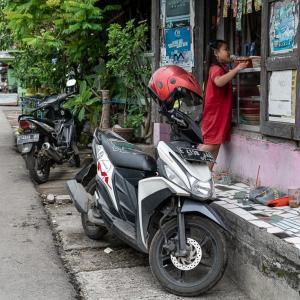 雑貨屋で買い物する幼い女の子 (インドネシア)