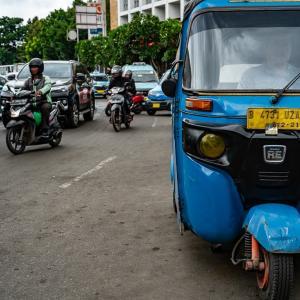 道路脇に停まるバジャイ (インドネシア)