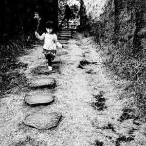 花を手に走る女の子 (東京)