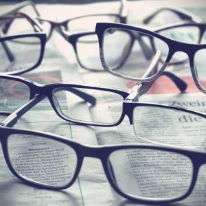 メガネやコンタクトをつけて、度数をあげると目が悪くなる?視力が落ちるのは本当?