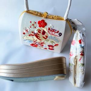 【 商品紹介 】愛らし振袖小物・刺繍柄の草履バッグ