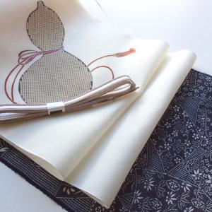 【 夏着物コーディネート 】濃藍絹紅梅に瓢箪柄の染め帯