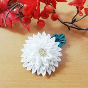 ☆手芸部☆行き当たりばったりつまみ細工・スタンダードな真っ白な剣菊。