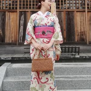 小道具に山葡萄バッグを持って、波に鉄線、桔梗、撫子柄着物&秋草柄刺繍帯コーデの着姿。