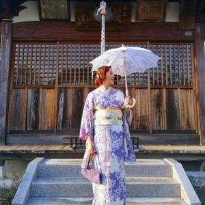 萩と百合の儚げな雰囲気着物&百合と秋草の引き抜き帯コーデの着姿。
