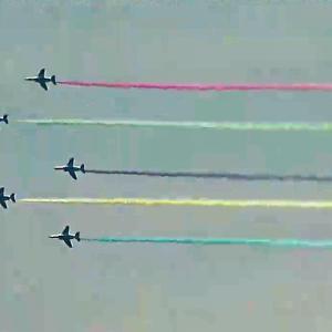 五輪開幕ブルーインパルス展示飛行