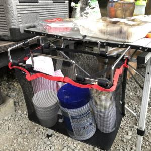 アウトドアでの小物整理に最高!テーブルサイドラックは超便利
