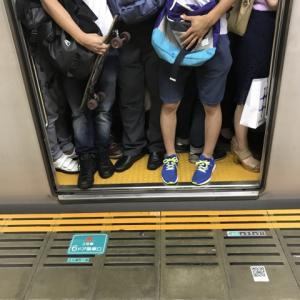 電車の乗降口を塞ぐやつ、コンビ二の列を守れないやつの正体