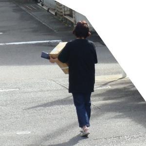 段ボール箱を持つ女/2020-09-12