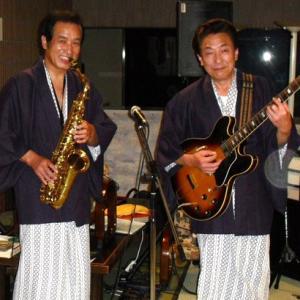 飯塚雅幸が温泉で和服姿での演奏シーンです。