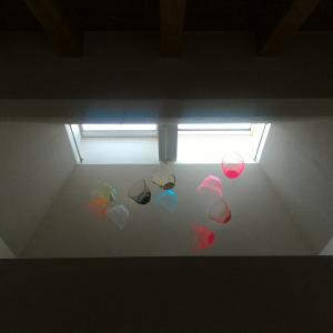 まるで美術館のよう・・・家でも簡単に再現できる空気の器を吊るすだけのお手軽DIYにチャレンジ!【空気の器がモビールに変身】