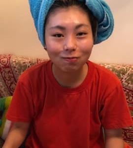 お風呂上がりに髪にタオルを巻きます