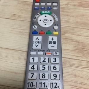 テレビのリモコンを掃除する。