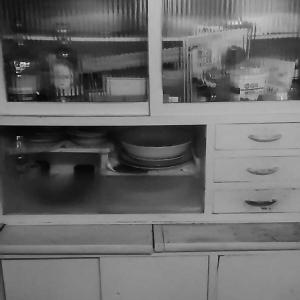 掃除・昭和の食器棚のBefore&After