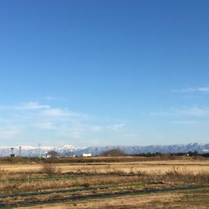 穏やかな晴天、雪山遠望