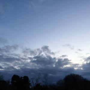 曇り空、弱い雨降る
