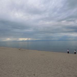 凪いだ海面に空の明るさ映る