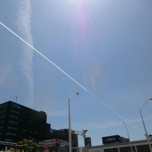 よく晴れて、空には飛行機雲