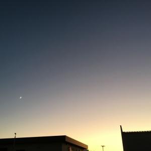 澄み切った夕空に三日月
