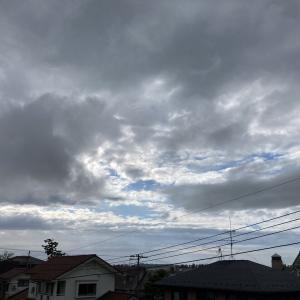 雲多いながら日中は晴れる