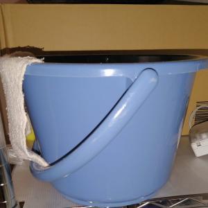 水替えを楽にするバケツ。