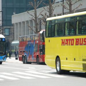 """2846.  平成29年の """"青、赤、黄色"""" / 東京駅のバス"""