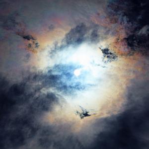 穴あき雲はさりげなく現れて、そっと消えて行く