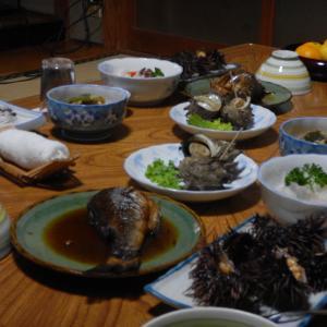 離島民宿の極上晩餐。食べきれないほどの海の幸がわんさか!