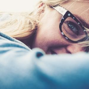 笑うと泣きそうになる人へ。笑うと泣いてしまう状態は危険信号かも