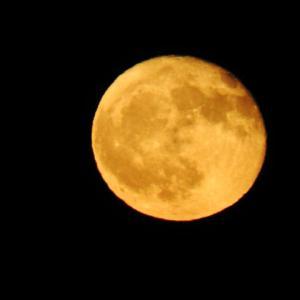 月照らす暗い町並み残る塵