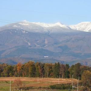 夜勤明け初冠雪の安達太良嶺
