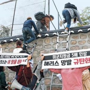【韓国マジでオワタw】 韓国の米国大使館に親北デモ隊が乱入中 警官は阻止するどころか一緒に煽りも