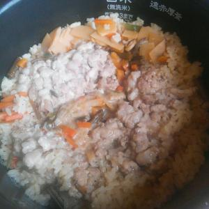 炊き込みご飯に挽き肉を追加