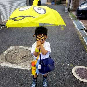 幼稚園2日目 雨の日の登園。傘を握りしめ手を繋いでくれないりーくんと。