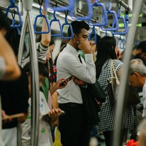 満員電車の「密」を気にしながらも座るしかない!