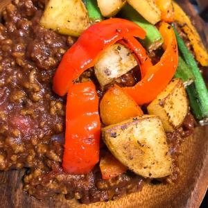 【カレー】ルーに2手間加えるだけで美味しい!彩り野菜のキーマカレー!