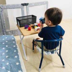 1歳7ヶ月息子、作業台を手に入れる。ニトリの折り畳みデスクが豆椅子にちょうどいいサイズです。
