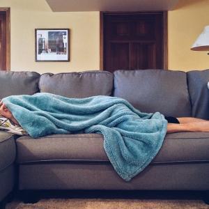 1ヶ月のうち28日はソファーで寝る生活をした結果【体験談:本当に体に悪いのか?】