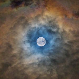 【中秋の名月】満月に叢雲がかかって,月光彩雲が観られました