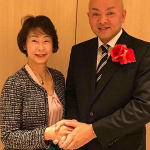 堀井学外務大臣政務官へ「折り紙」のバラ折りブローチ贈呈サプライズ