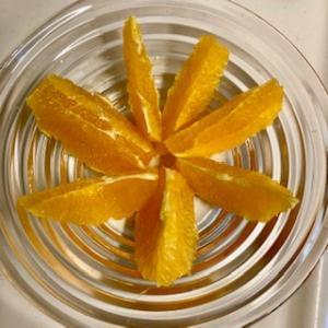 オレンジの食べ方。皮をむかないと食べてくれない。