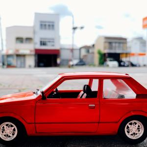 赤い車の色あせを染料入りワックスで復活する作業