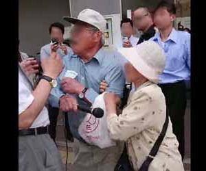 堺市長選で立花孝志候補のマイクを奪い殴る選挙妨害の老人が現行犯逮捕される動画