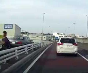 車で歩道を堂々と走る高齢者ドライバーの衝撃的なドライブレコーダー動画
