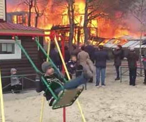 火事が起きているのにブランコで遊び続ける男の子の動画が話題