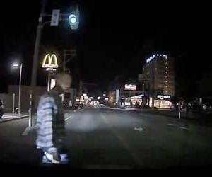 信号無視の歩行者が急ブレーキの車にブチギレて乱暴するドラレコ動画